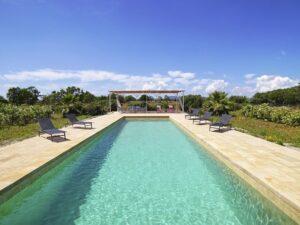Haus im Bungalowstil mit großem Pool