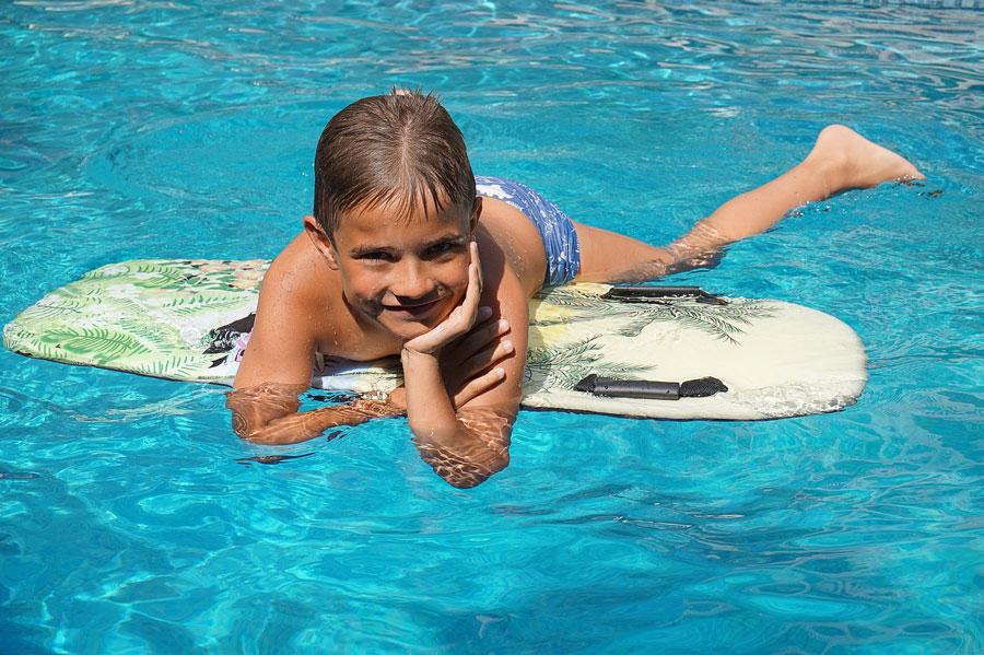 Junge im Pool auf Mallorca